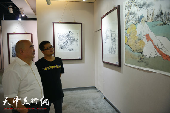 闫勇与导师尹沧海在画展上