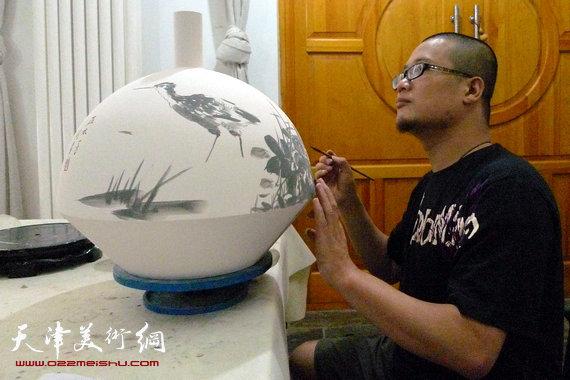 闫勇在创作青花瓷