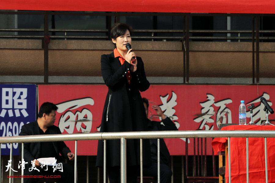天津市老年书画研究会宁河县分会成立,图为县文化局局长刘广玲讲话