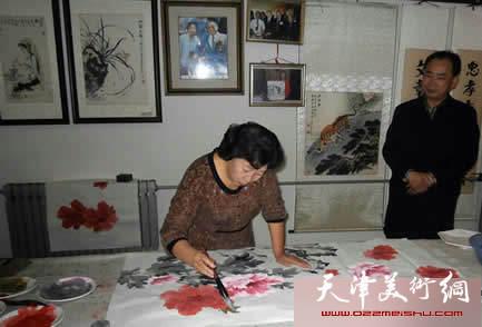"""津门画家举办""""中国梦・我的梦""""主题笔会,图为冯字锦在在书画笔会现场"""