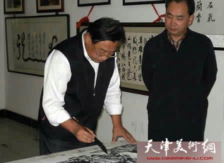 """津门画家举办""""中国梦・我的梦""""主题笔会,图为赵俊山在在书画笔会现场"""