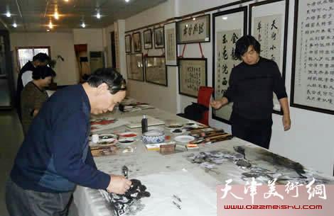 """津门画家举办""""中国梦・我的梦""""主题笔会,图为郭凤祥在书画笔会现场"""