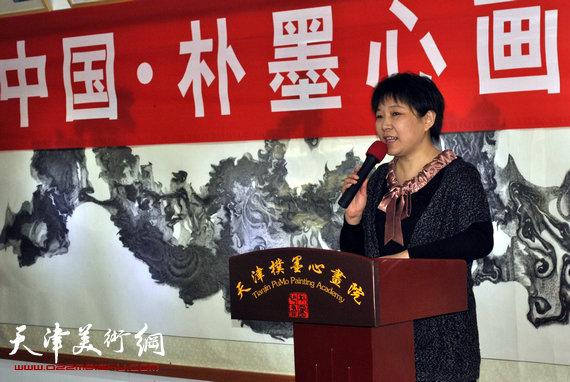 中国・朴墨心画展览馆挂牌仪式启动,图为朴墨心画院长朱红讲话
