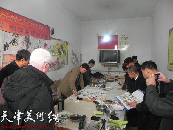 西青区书画家下乡送文化,图为活动现场作画