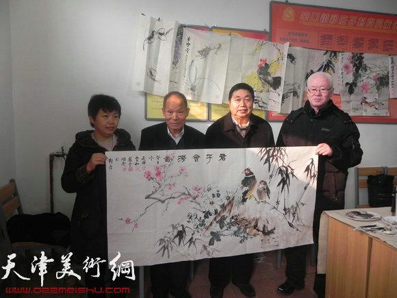 西青区书画家下乡送文化,图为活动现场赠画
