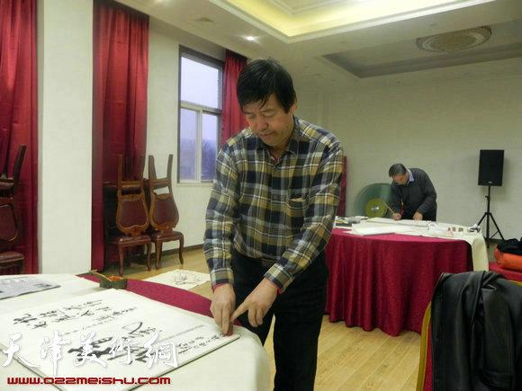 """天津市政府地方志办公室举办""""正能量・书画笔会活动"""",图为陈元龙在作画"""