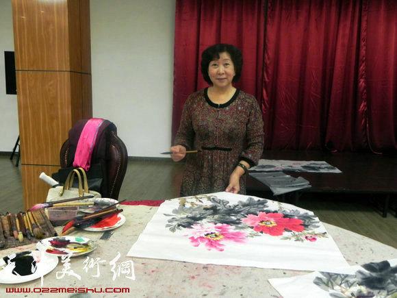 """天津市政府地方志办公室举办""""正能量・书画笔会活动"""",图为冯字锦在作画"""