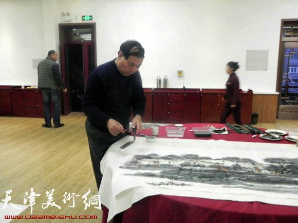 """天津市政府地方志办公室举办""""正能量・书画笔会活动"""",图为郭凤祥在作画"""