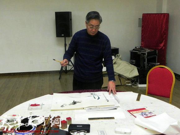 """天津市政府地方志办公室举办""""正能量・书画笔会活动"""",图为高天武在作画"""
