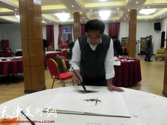 """天津市政府地方志办公室举办""""正能量・书画笔会活动"""",图为赵俊山在作画"""