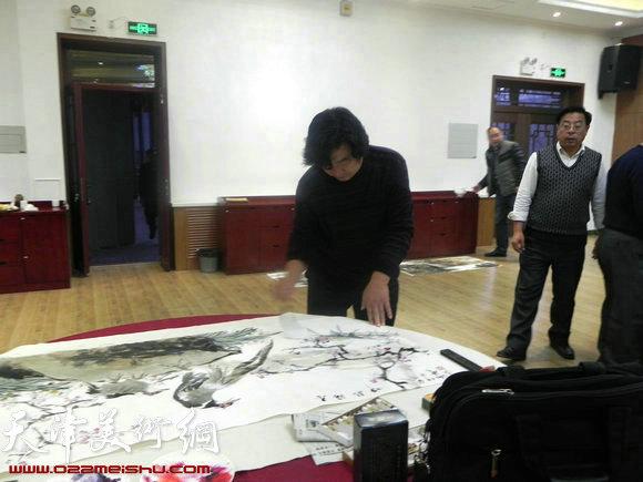 """天津市政府地方志办公室举办""""正能量・书画笔会活动"""",图为翟洪涛在作画"""