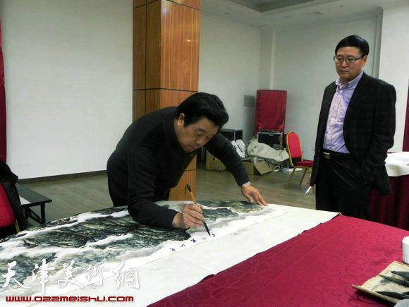"""天津市政府地方志办公室举办""""正能量・书画笔会活动"""",图为曲学真在作画"""