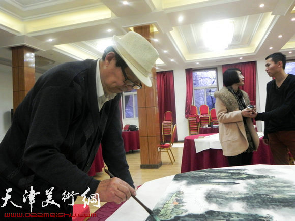 """天津市政府地方志办公室举办""""正能量・书画笔会活动"""",图为郭永元在作画"""