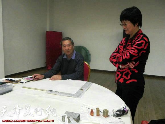 """天津市政府地方志办公室举办""""正能量・书画笔会活动"""",图为殷金山在作画"""