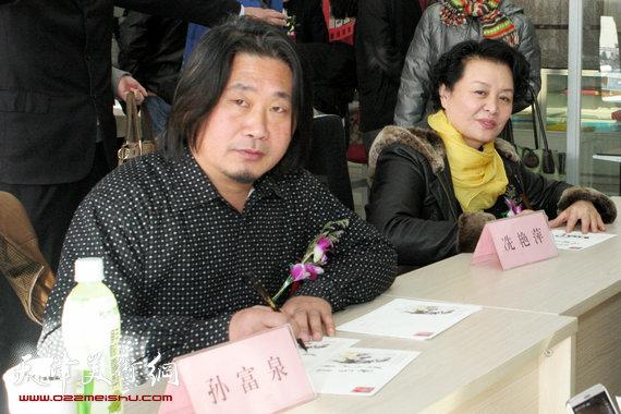 孙富泉、冼艳萍签售十二生肖连体明信片册,图为现场。