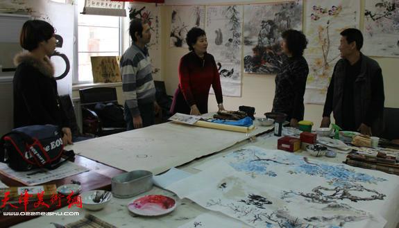 天津英伦名苑书画联谊会举办迎新年笔会,图为笔会活动现场。