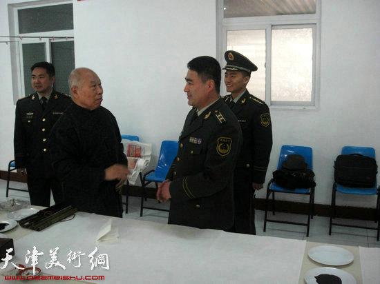 著名画家王俊生与武警官兵亲切交谈