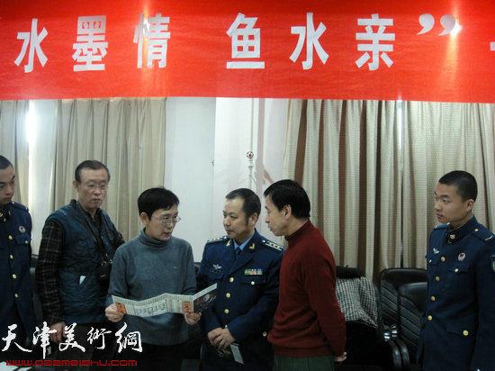 人物画家萧慧珠与干部战士交流画技