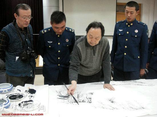 著名向中林为战士创作山水画
