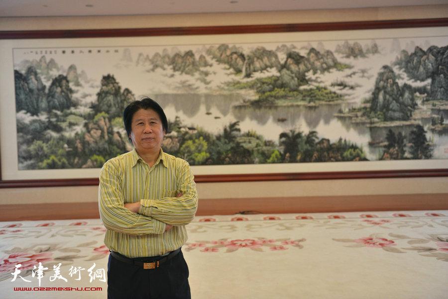 山水画家李学亮两幅巨作近日在滨海新区创作完成,图为李学亮在《江山万里入画图》作品前。