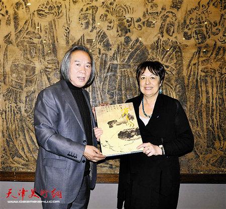 赛努奇博物馆馆长接受霍春阳捐赠的画册