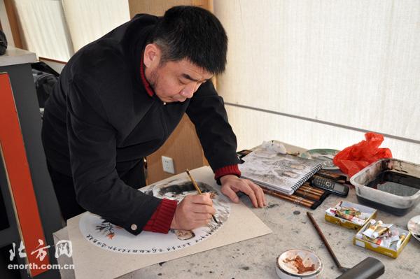 天津职业大学国画家做客意风区艺术展览管-田军教授在创作