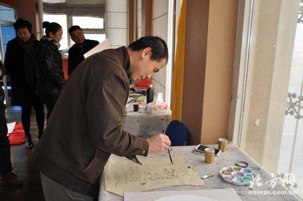 天津职业大学国画家做客意风区艺术展览管-张玉忠院长在创作