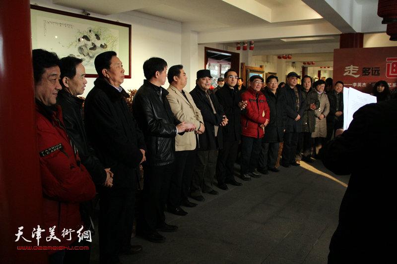 李英杰长城记忆系列油画作品展在天津滨海新区开幕,图为开幕式。