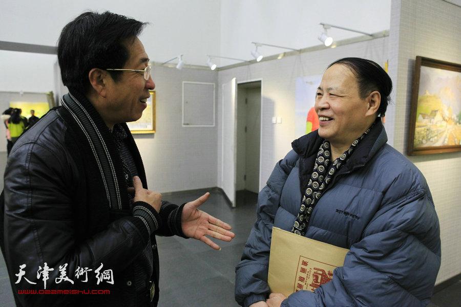 """薛福顺油画展""""从白洋淀到大天津""""1月26日在津开幕,图为画家王芙亭(右)等在画展现场。"""