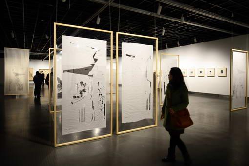 观众正在欣赏王公懿创作的《辋川图错综》系列作品。