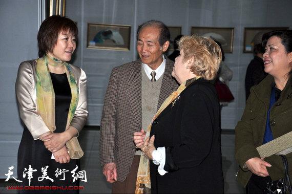李澜画马巡展上海展览开幕,图为李澜在画展上与来宾交流。