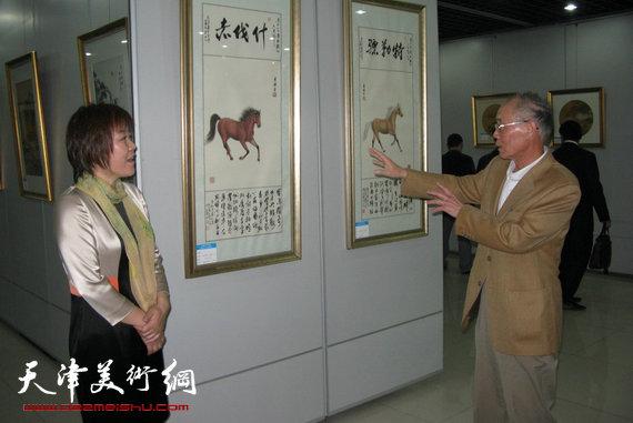 李澜画马巡展上海展览开幕,图为李澜在画展上与邢捷交流。