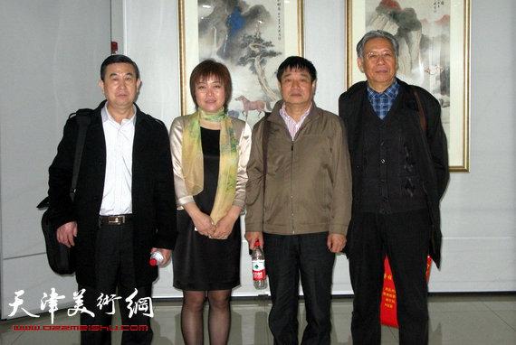 李澜画马巡展上海展览开幕,图为李澜与潘永忠、孙艳华、赵玉森在画展上。
