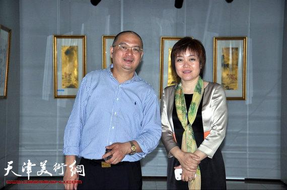 李澜画马巡展上海展览开幕,图为李澜与策展人史军萍在画展上。