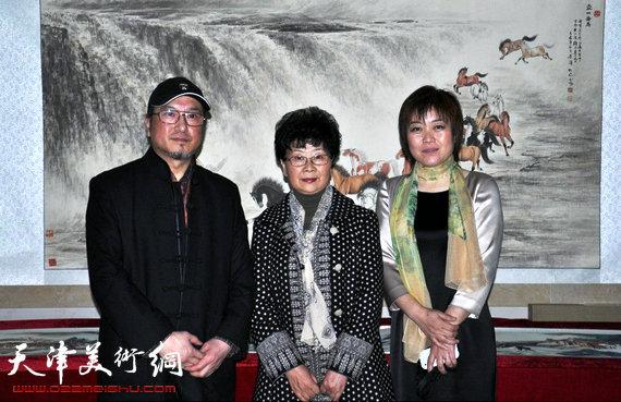 李澜画马巡展上海展览开幕,图为李澜与上海画家关岩等在画展上。