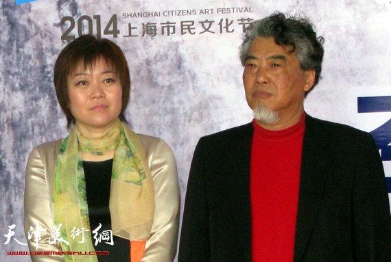 李澜画马巡展上海展览开幕,图为李澜与上海画家甘泉在画展上。