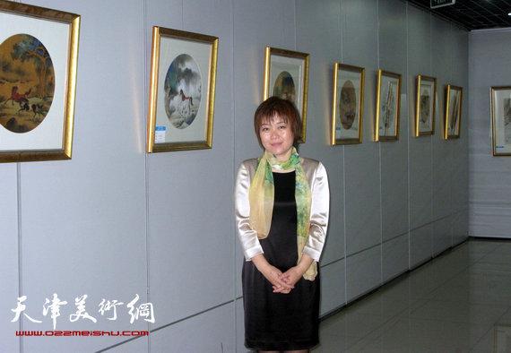 李澜画马巡展上海展览开幕,图为李澜在画展上。