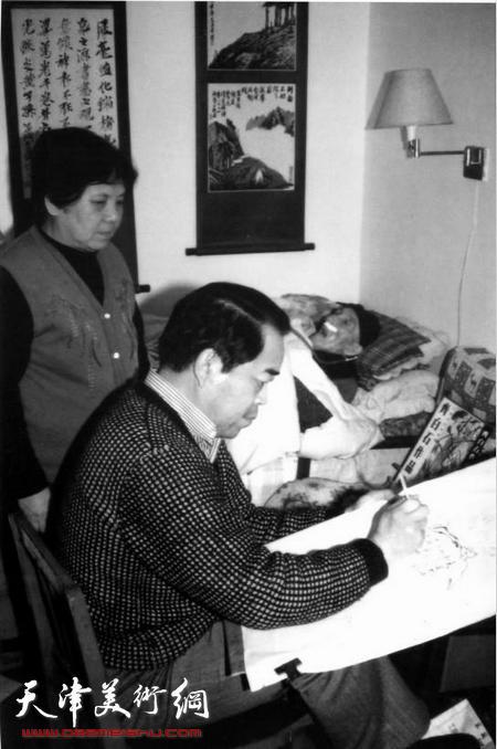 著名画家范曾为病榻前的梁崎画像留影。