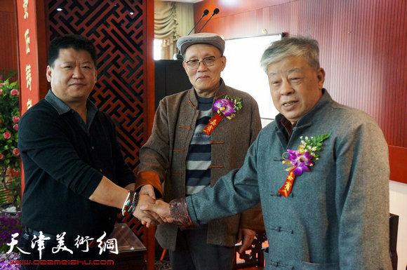 师徒握手,左起:林枫、孙长康、王连仲