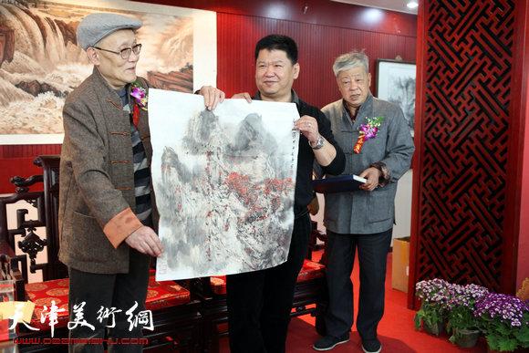 孙长康老师向林枫赠送画作