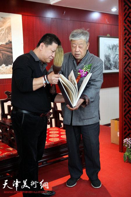 王连仲老师向林枫赠送毛笔和画集
