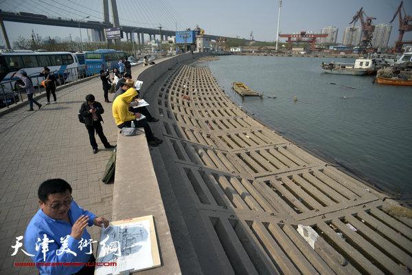 天津中青年画家在港口写生