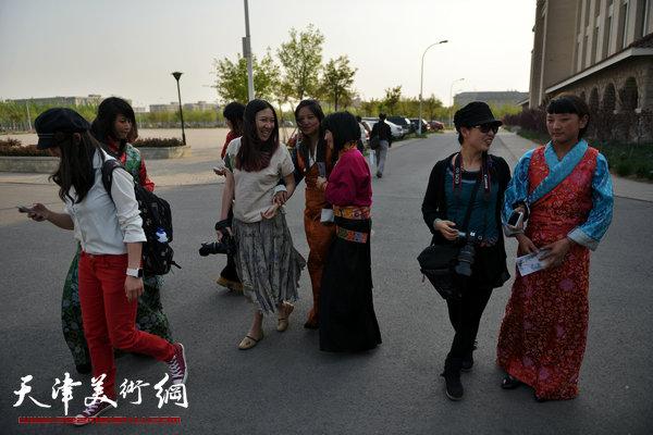 书画家们与内地西藏中职班学员交流