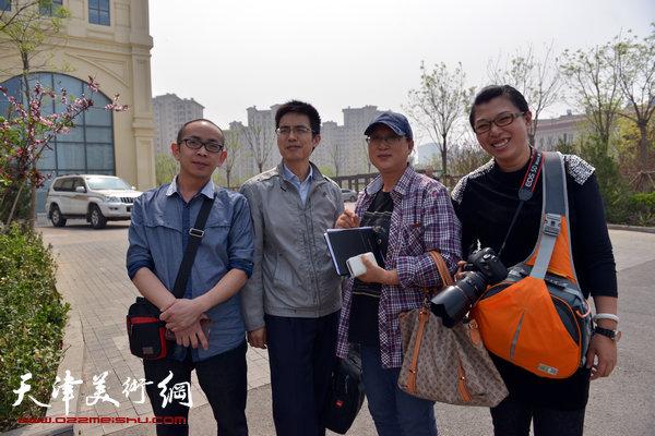 书画家们与滨海新区相关人员在中新生态城