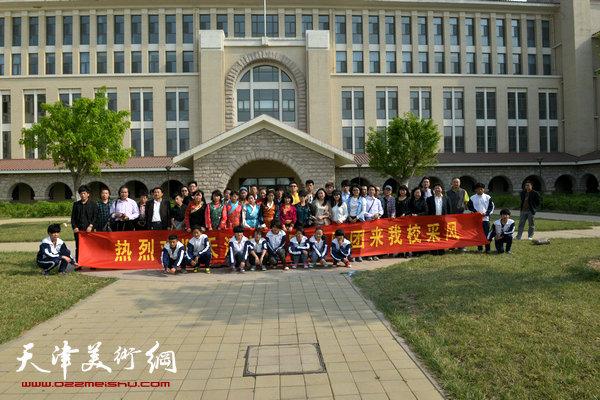 画家来到天津仪表无线电工业学校内地西藏中职班