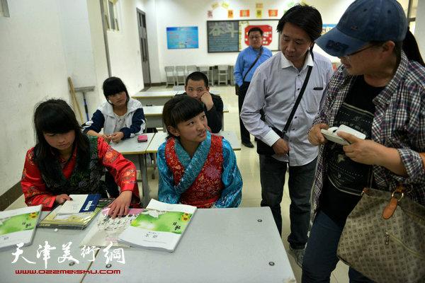 与藏族学生交流
