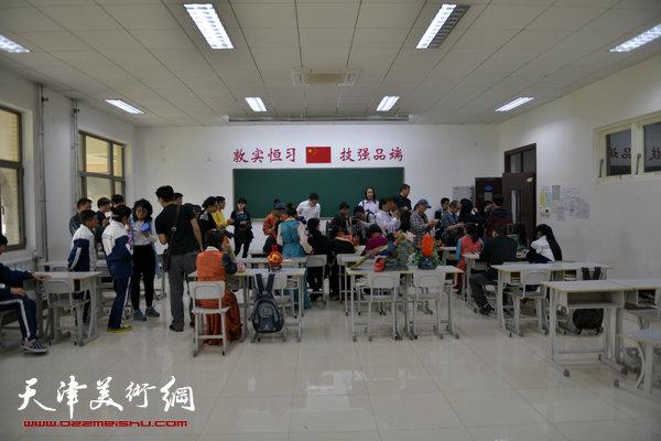 画家与藏族学生交流