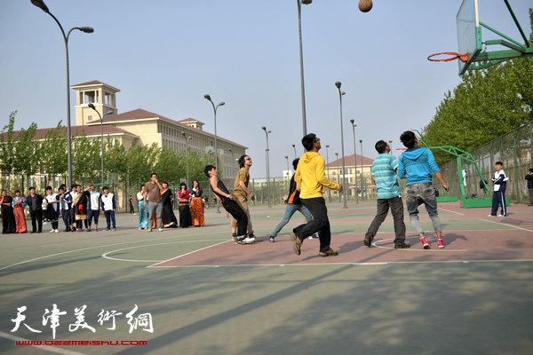 画家与藏族学生打篮球