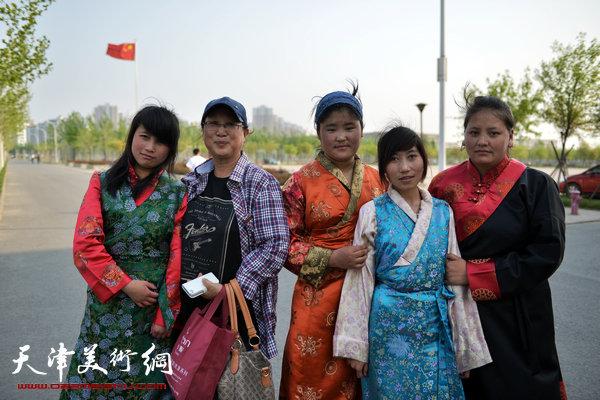 画家与藏族学生合影