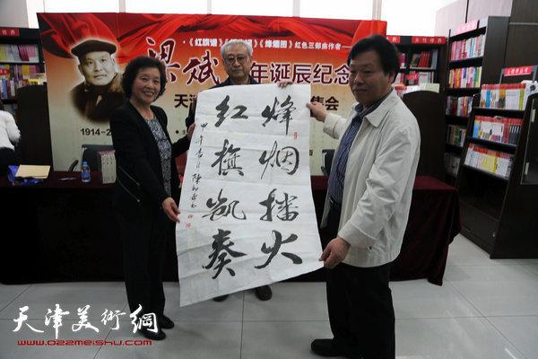 图为陈祖康赠献书法作品